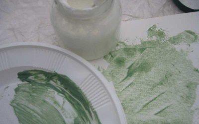 Pigmente in die Mischung aus Quark und Wasser einarbeiten